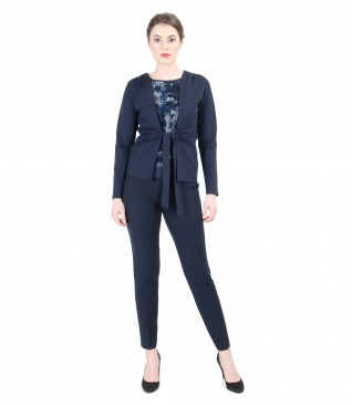 Casual outfit with elastic printed jersey blouse and tapered trousers