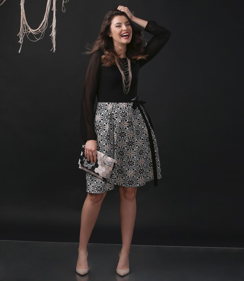 Elegant outfit with dress and elastic brocade envelope bag with golden thread