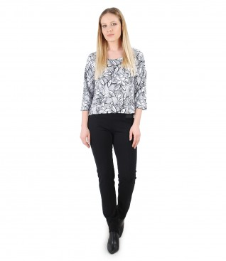 Casual outfit with jersey blouse with floral print and pants