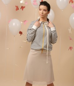 Casual outfit with parka printed with stripes and veil skirt