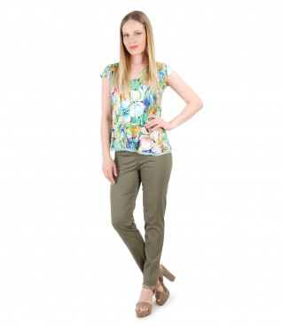 Ankle pants with jersey blouse with floral print