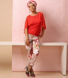 Ankle pants with floral print and jersey blouse with veil cape