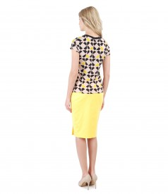 Elegant outfit with printed jersey t-shirt and tapered skirt