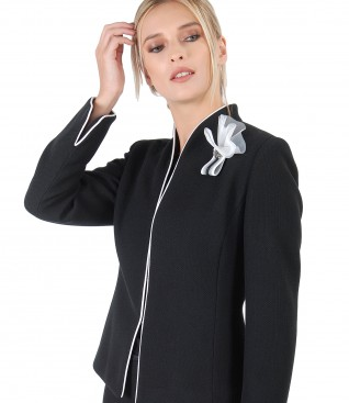 Elegant jacket with accessory brooch