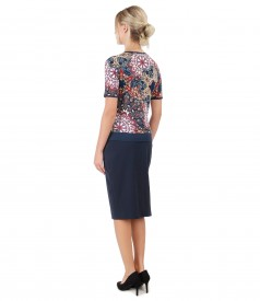 Elegant outfit with tapered skirt and jersey blouse with relief print