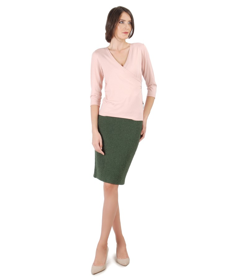Office outfit with tapered skirt with loops and uni jersey blouse