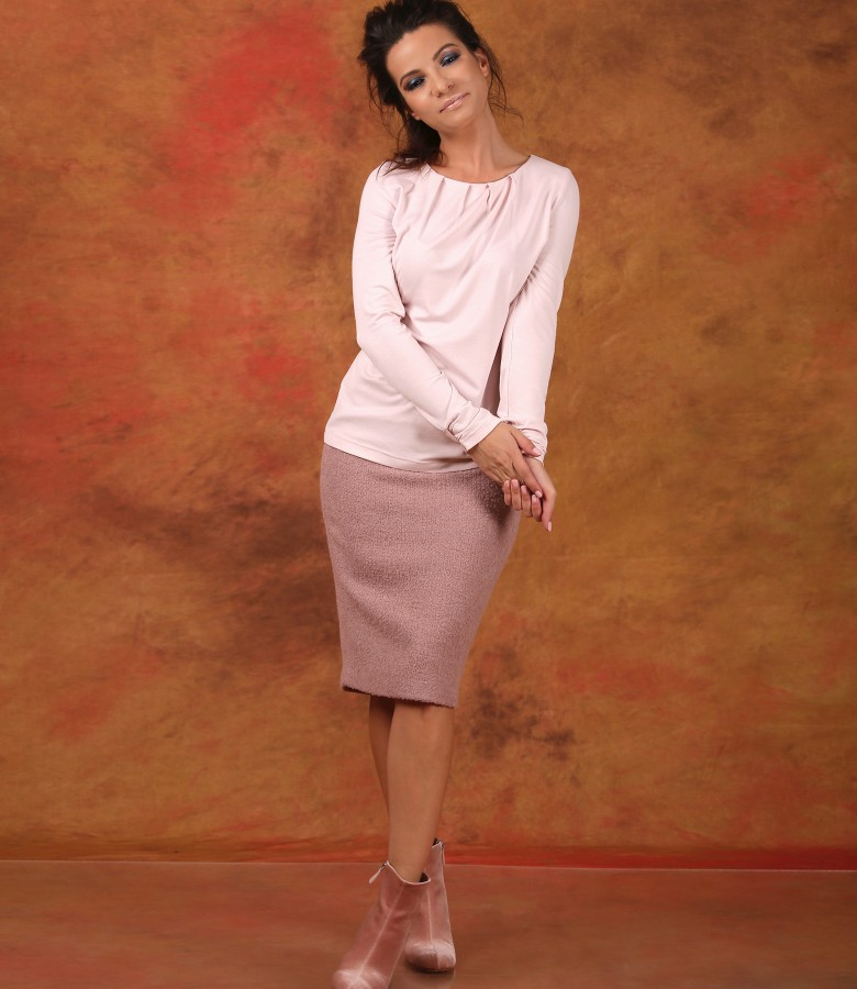 Elegant outfit with elastic jersey blouse and tapered skirt with loops