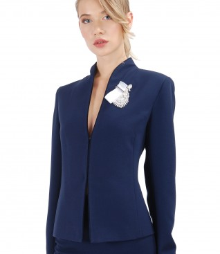 Elastic fabric jacket with accessory brooch
