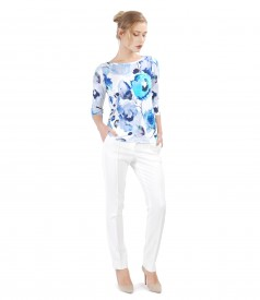 Casual outfit with pants and jersey blouse with floral print