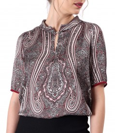 Elegant blouse printed with floral motifs