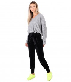 Casual outfit with velvet pants and elastic jersey blouse