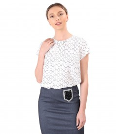 Elegant viscose blouse with brooch at the neckline