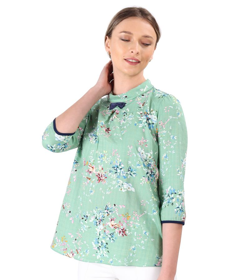 Casual cotton blouse with viscose printed with floral motifs.